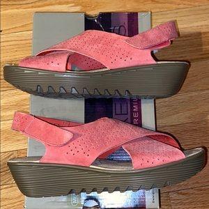 Skechers Coral petite Parallel sandals wedge 8.5M
